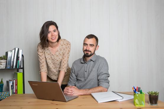 Dos profesores de la academia en un escritorio.