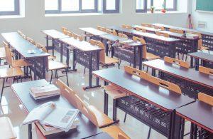 Pupitres vacíos en una clase