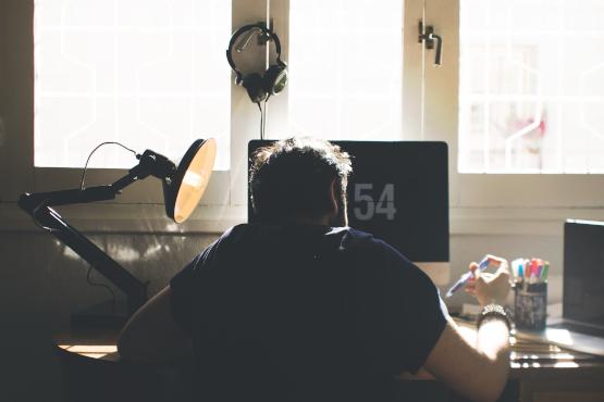 Estudiante sentado en un escritorio