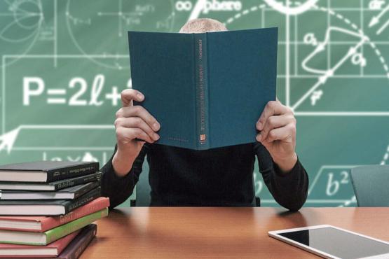 Profesor investigador con un libro abierto