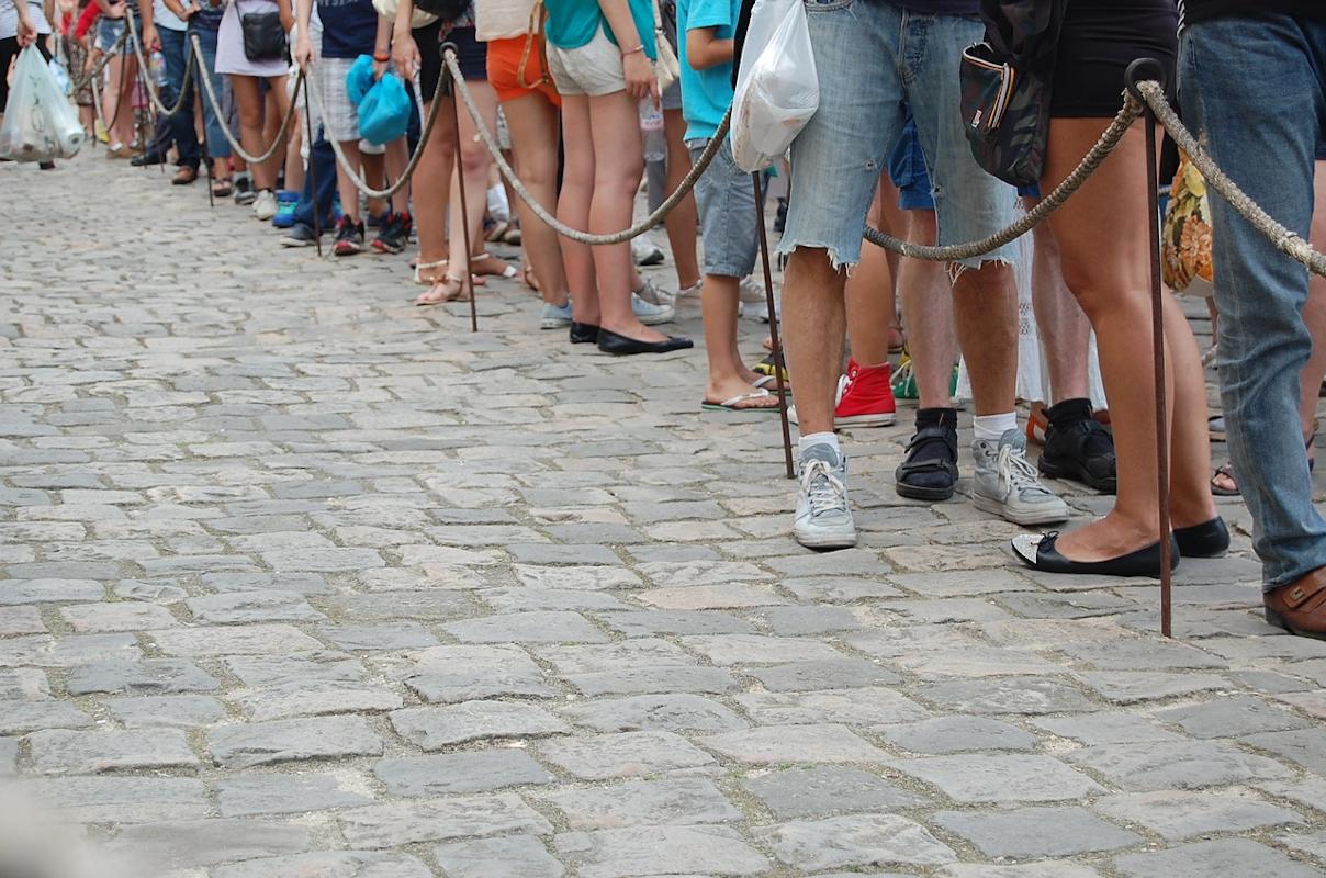 Personas esperando en fila