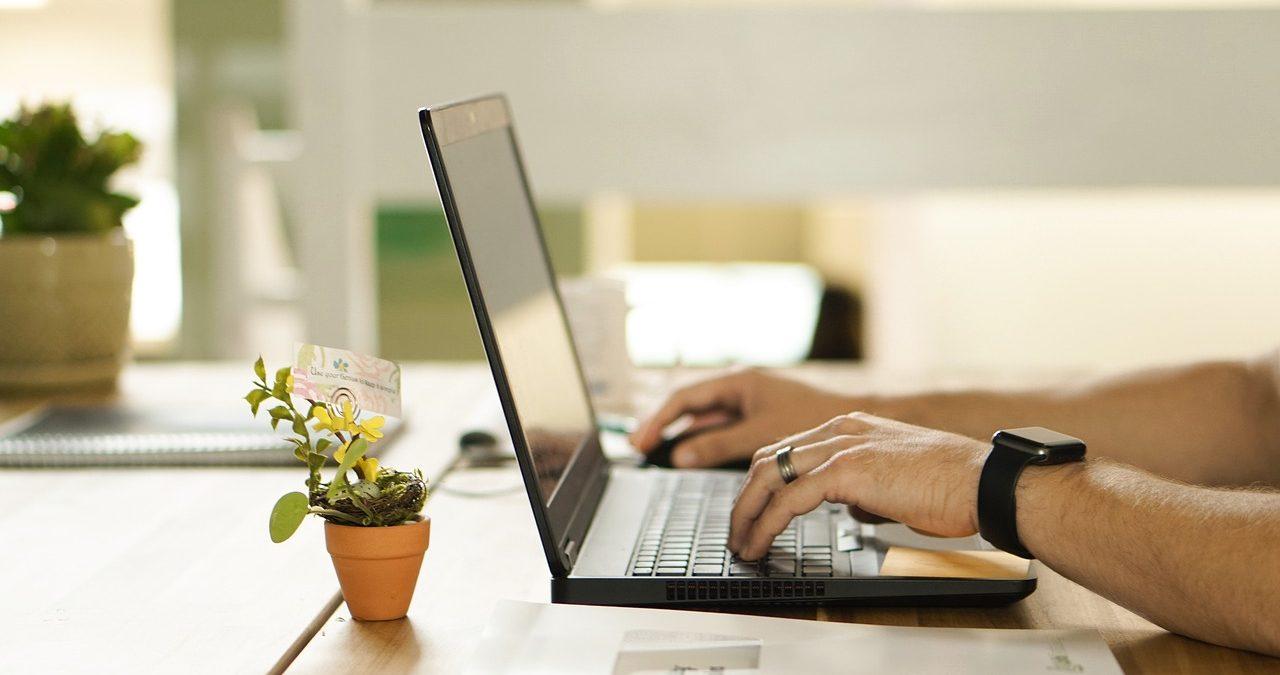 Estudiante tomando notas en un ordenador.