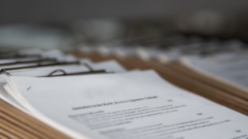 Documentos apilados.