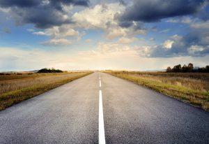Carretera infinita cruzando un campo