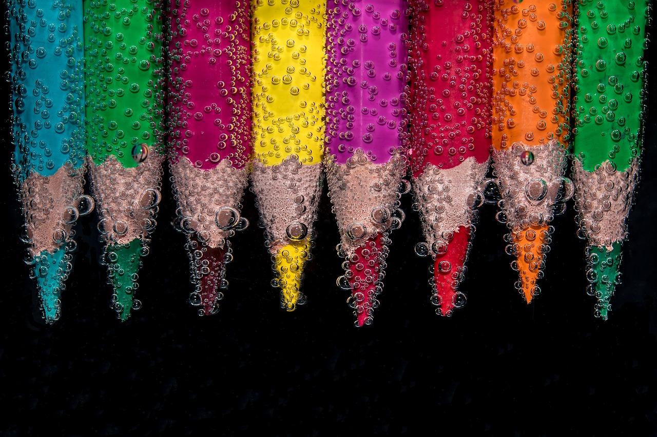 Lápices de colores y burbujas