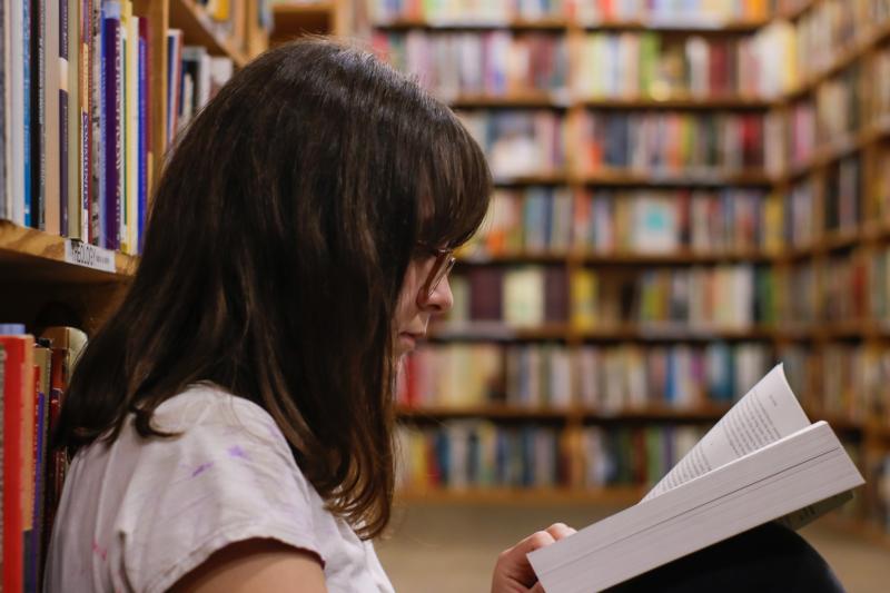 Estudiante en la biblioteca.