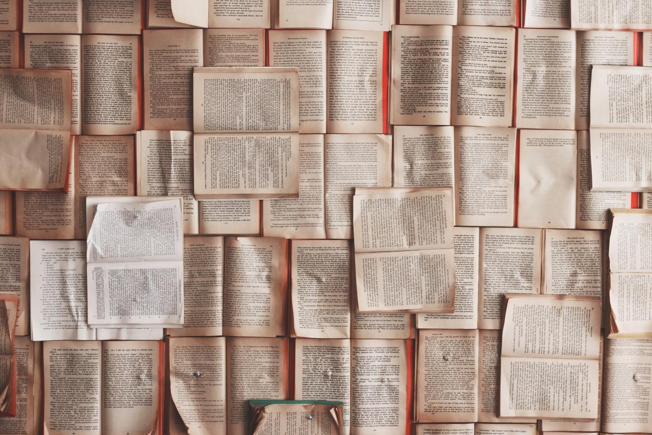 Libros abiertos cubriendo una mesa