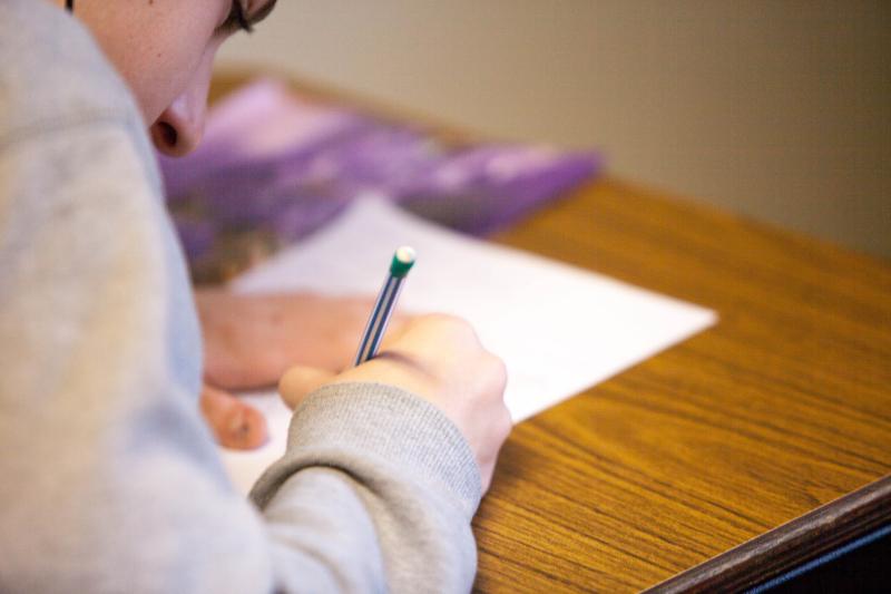Estudiante de Oposiciones de Secundaria de Física y Química tomando notas.