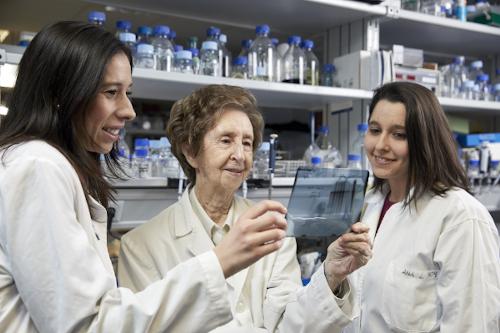 Margarita Salas con sus colaboradoras en el laboratorio