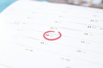 Calendario con fecha marcada en rojo.