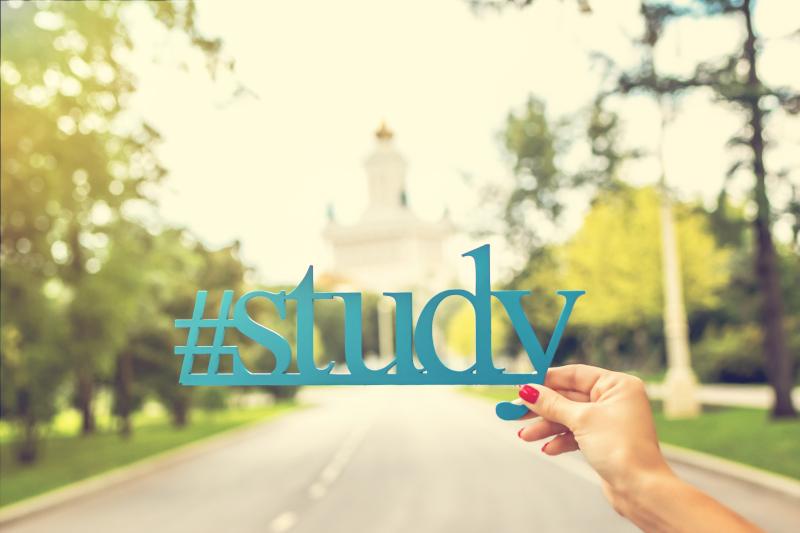 "Letrero ""#study"" sujeto por una mano."