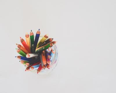 Lápices de colores en un bote.