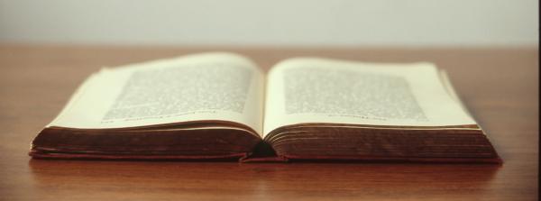 Libro abierto sobre una mesa.