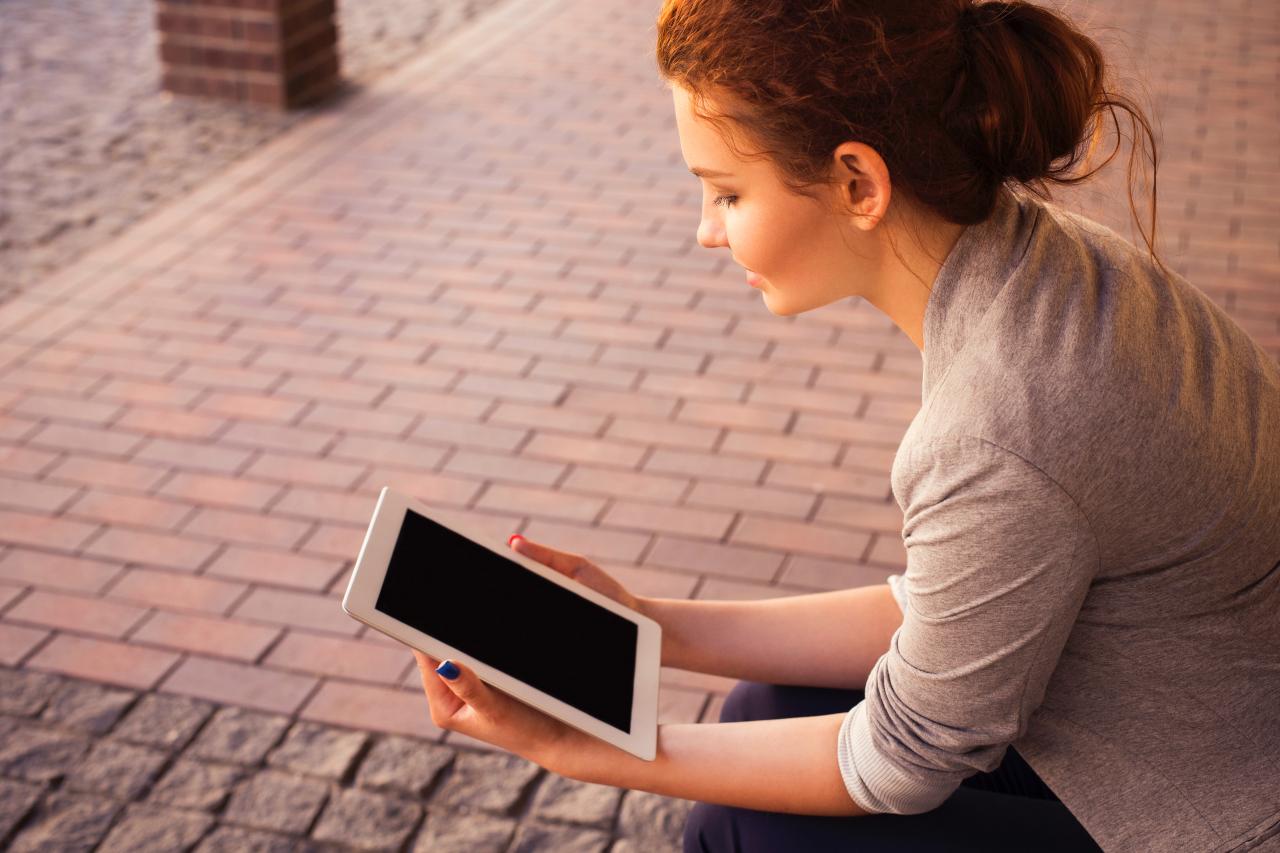 Opositora leyendo las convocatorias en una tableta.
