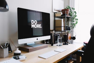 """Pantalla de ordenador con el lema en inglés """"Do more""""."""