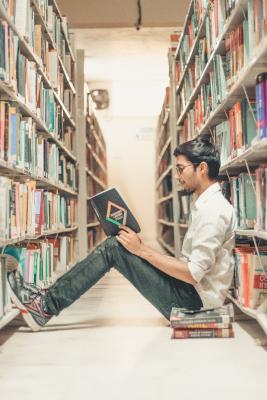 Hombre en biblioteca