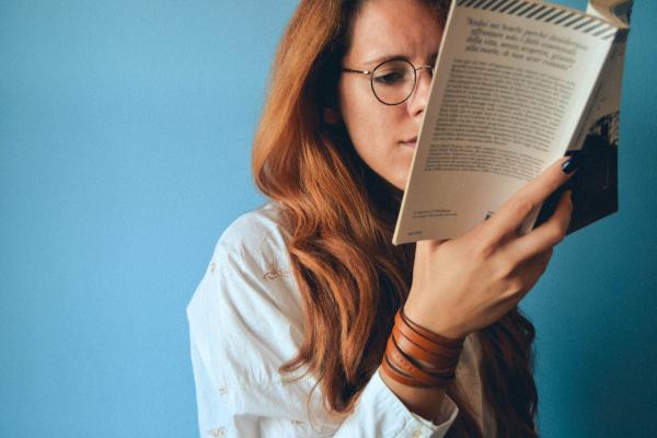 Mujer leyendo un libro de Física